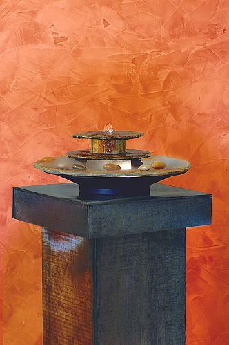 Seliger Kasumi Zimmerbrunnen aus Natursteinschiefer beleuchtet